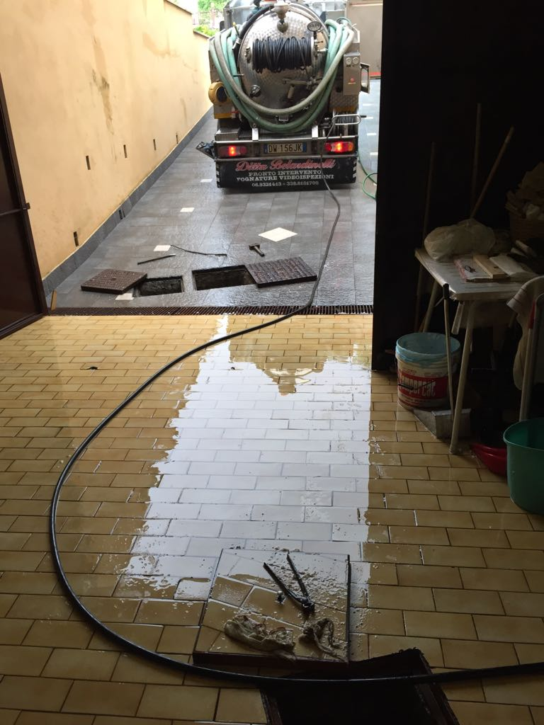 Disostruzione tubazione ostruita che non permetteva il deflusso delle acque piovane